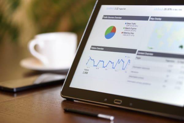 Facebook-Marketing für Kleinunternehmen - Bildschirm mit Auswertungen